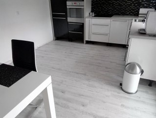 Pokládka vinylové podlahy na dlažbu